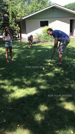 裏庭で遊ぶの写真素材 [FYI01215475]