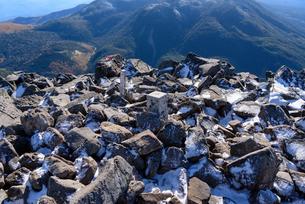 火山の山頂の三角点と色づきだした隣の山の写真素材 [FYI01216058]