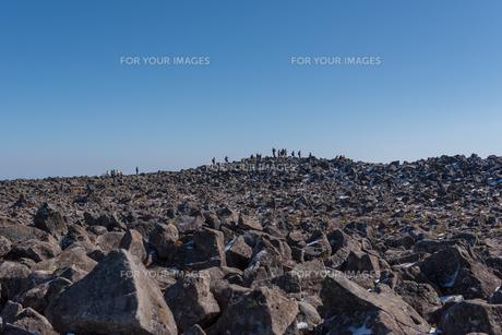 火山の山頂に集う人々の写真素材 [FYI01216059]