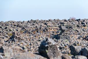 火山山頂のお社の写真素材 [FYI01216070]