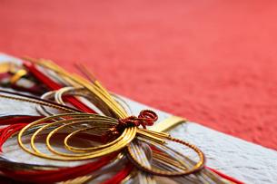日本のお祝いをイメージしたご祝儀袋のクローズアップ写真の写真素材 [FYI01216110]