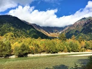 秋の上高地の写真素材 [FYI01216171]