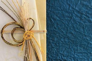 日本のお祝いをイメージしたご祝儀袋のクローズアップ写真の写真素材 [FYI01216179]