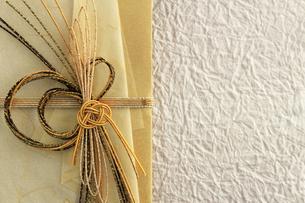 日本のお祝いをイメージしたご祝儀袋のクローズアップ写真の写真素材 [FYI01216183]