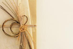 日本のお祝いをイメージしたご祝儀袋のクローズアップ写真の写真素材 [FYI01216184]