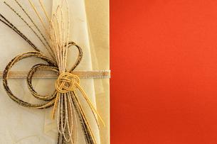 日本のお祝いをイメージしたご祝儀袋のクローズアップ写真の写真素材 [FYI01216187]