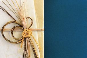 日本のお祝いをイメージしたご祝儀袋のクローズアップ写真の写真素材 [FYI01216188]