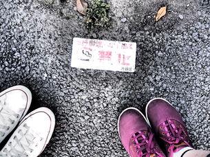 禁煙と靴の写真素材 [FYI01216242]