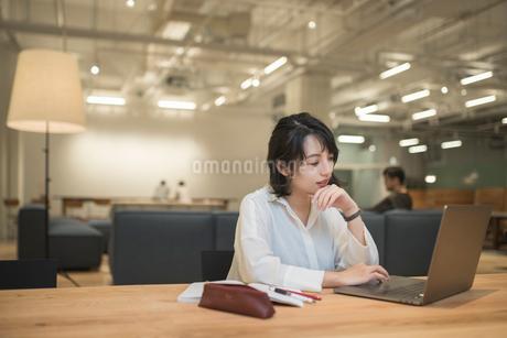 デスクでオフィスワークしているOL女性オフィスワークの写真素材 [FYI01216302]