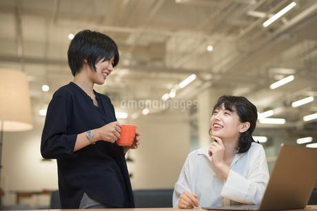 オフィスで談笑するOLの女性2名の写真素材 [FYI01216304]