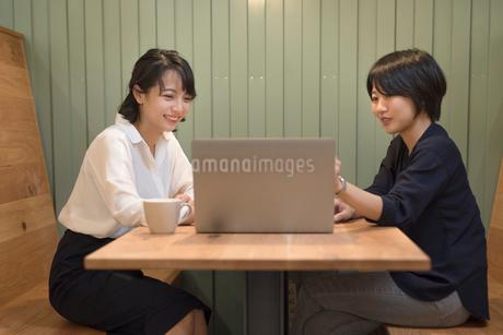 オフィスで打ち合わせ中のOL女性2名の写真素材 [FYI01216322]
