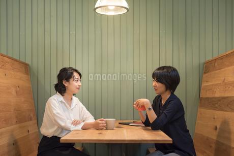 仕事の休憩中に談笑するOL女性2名の写真素材 [FYI01216327]