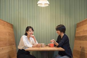 座って談笑するOLの女性2名の写真素材 [FYI01216329]