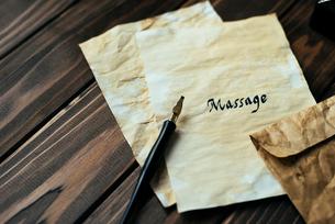 アンティークな封筒とMessageと書かれた便箋の写真素材 [FYI01216438]