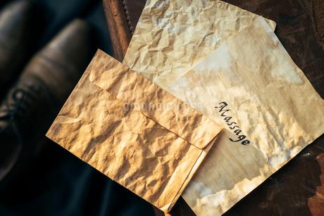 アンティークな封筒とMessageと書かれた便箋。の写真素材 [FYI01216445]