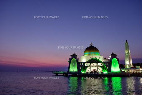 マラッカのモスクの夜景の写真素材 [FYI01216464]