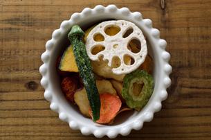 野菜チップスの写真素材 [FYI01216546]