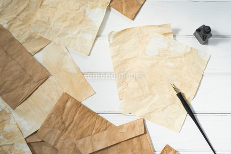ペンとインクと散りばめた紙と封筒の写真素材 [FYI01216580]