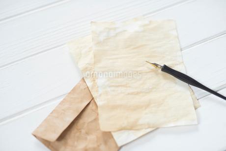 白木の背景とペンと紙と封筒の写真素材 [FYI01216582]