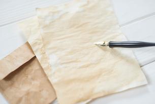 ペンと紙と封筒の写真素材 [FYI01216583]