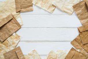 散りばめたアンティークな紙と封筒の写真素材 [FYI01216588]