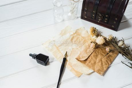 ペンとインクとアンティークな紙と封筒と小瓶と花の写真素材 [FYI01216590]