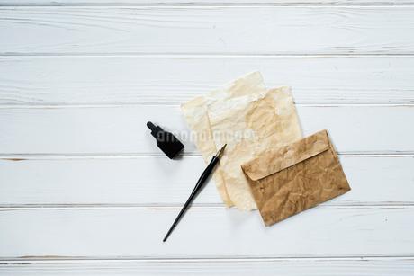 ペンとインクとアンティークな紙と封筒の写真素材 [FYI01216592]
