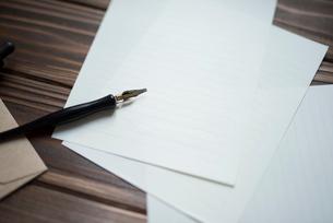 机の上に置いたペンと紙の写真素材 [FYI01216594]