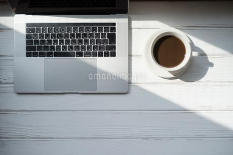 PCとコーヒーカップの写真素材 [FYI01216605]