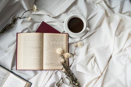 複数の本とドライフラワーとコーヒーカップの写真素材 [FYI01216613]