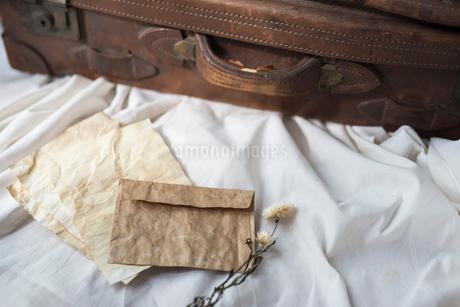 封筒と紙と旅行鞄の写真素材 [FYI01216615]