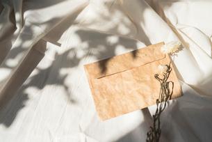 白布の上に置いた封筒とドライフラワーの写真素材 [FYI01216617]