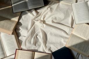白い布の上に散りばめた本の写真素材 [FYI01216631]