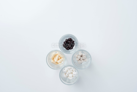 ガラスのコップの中に薬が入っている様子の俯瞰の写真素材 [FYI01216638]