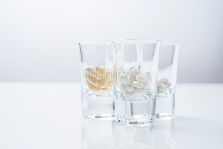 3つのガラスのコップの中に薬が入っているの写真素材 [FYI01216642]