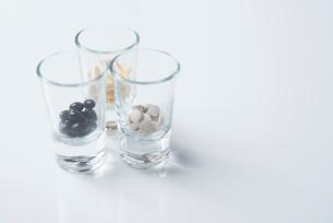 薬の入った3つのガラスコップと白背景の写真素材 [FYI01216648]