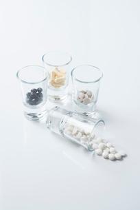 薬の入ったガラスのコップの写真素材 [FYI01216653]
