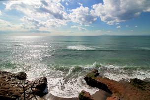 水平線が見える岩場の海岸の写真素材 [FYI01216704]