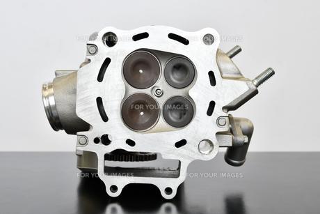 バイクエンジンのシリンダーヘッドの写真素材 [FYI01216847]