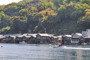 伊根町の舟屋の家並みの写真素材 [FYI01216878]