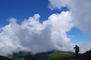 登山道からの山肌、青空、雲、登山者の写真です。の写真素材 [FYI01217108]
