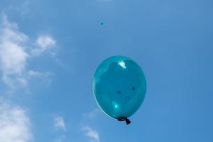 青空に浮かぶ笑顔の風船の写真素材 [FYI01217131]