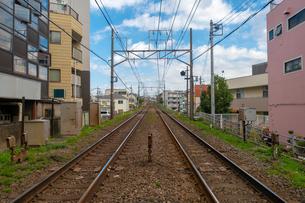 踏切から見える電車の線路の写真素材 [FYI01217132]