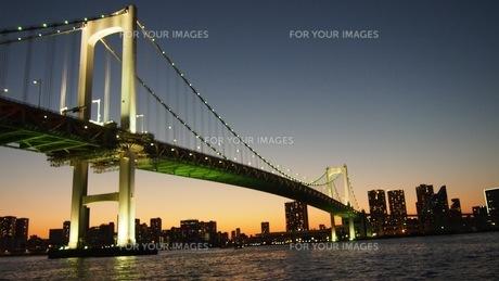 夕暮れ レインボーブリッジの写真素材 [FYI01217335]