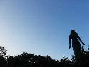 彫刻の森 −彫像の後ろ姿の写真素材 [FYI01217581]