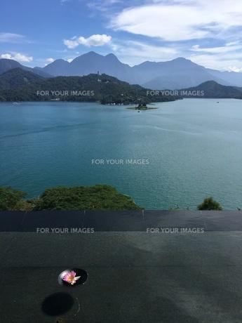 湖をのぞむリゾートホテルからの眺めの写真素材 [FYI01217662]
