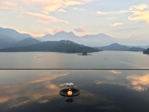 湖をのぞむリゾートホテルからの眺めの写真素材 [FYI01217663]