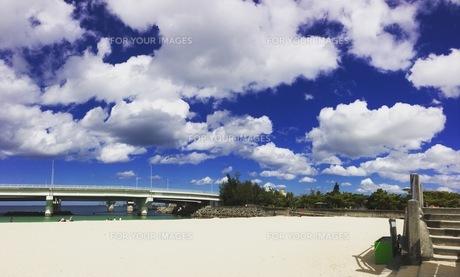 夏空と白い砂浜の写真素材 [FYI01217664]