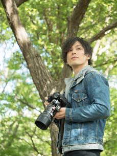 自然の中でカメラを持つ男性のイメージの写真素材 [FYI01217797]