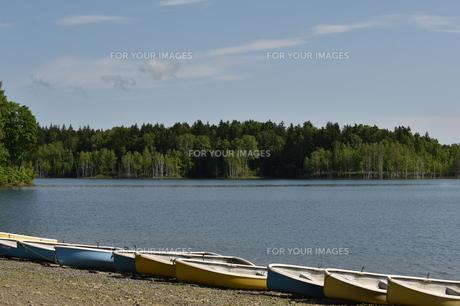 ボートが並ぶ静かな湖の写真素材 [FYI01218018]